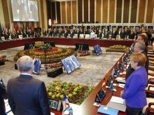 Teilnehmer des Asien-Europa-Gipfel (Asem) in der mongolischen Hauptstadt Ulan Bator gedenken der Opfer von Nizza. Vorne rechts: Kanzlerin ANgela Merkel. Foto: Damir Sagolj